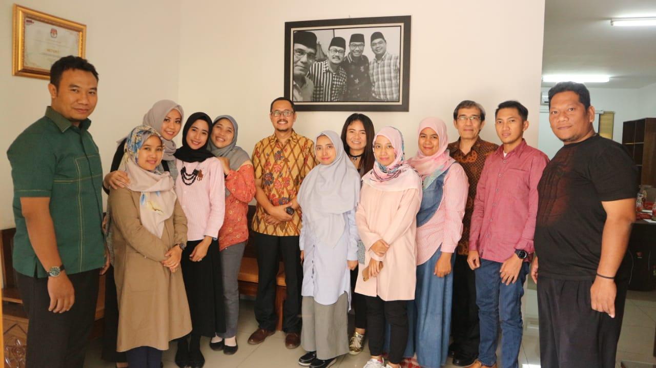 (Indonesia) Menjamu dan Berbagi Ilmu dengan Mahasiswa S2 Tata Kelola Pemilu Universitas Padjadjaran (Unpad) – Selasa, 18 Desember 2018 Sekretariat NETGRIT